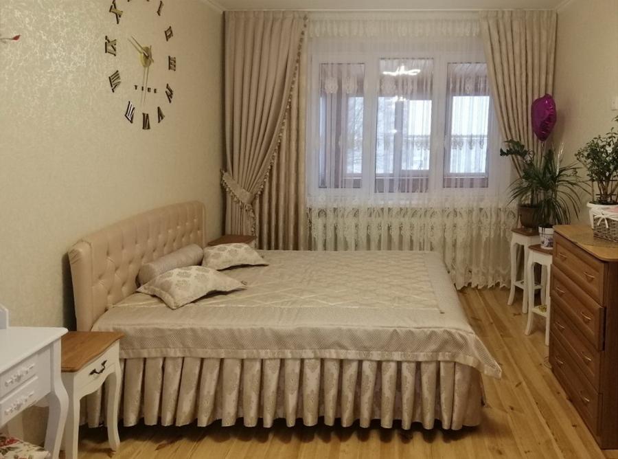 Шторы, покрывало и аксессуары в дизайне спальни